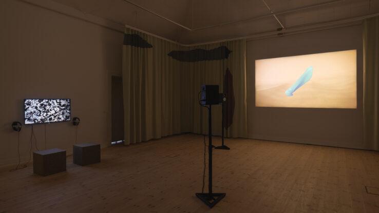 Gallery 1, installation view. Left: OS by Piscine (Jens Settergren, Mark Tholander & Anna Ørberg). Right: ALVA II by Sophia Ioannou Gjerding & Xenia Xamanek. Photo: Mikkel Kaldal.