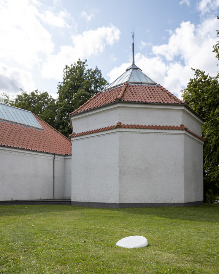 Henriette Heise, The Flanet (the flat planet) (2019), installation view in the Sculpture Garden, Kunsthal Aarhus. Photo: Mikkel Kaldal.